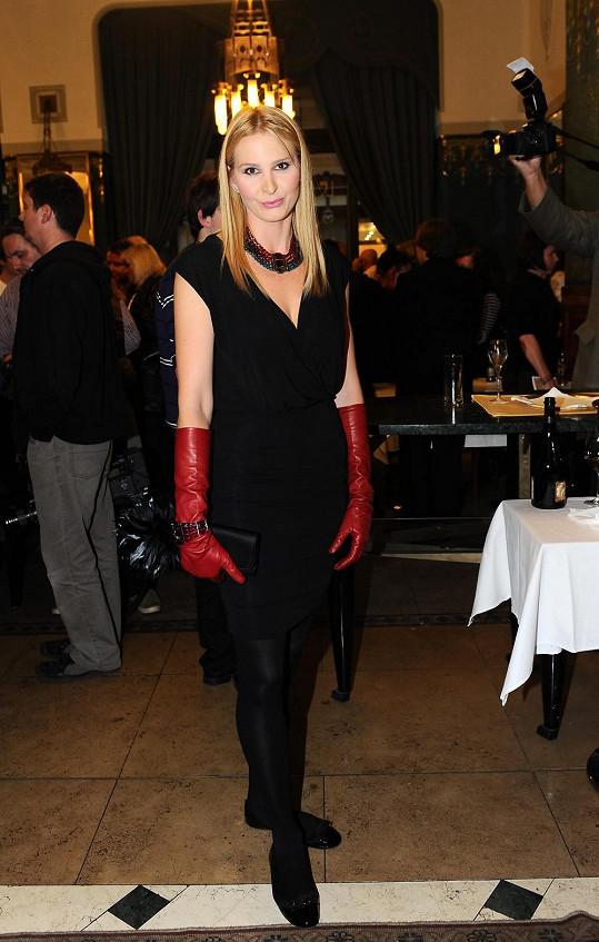 Největšího módního faux pas se Mistrova choť dopustila touto kombinací balerín s lakovanou mašlí a podivínsky vyhlížejících rukavic, ve kterých by spíše mohla umývat doma na Bertramce nádobí.
