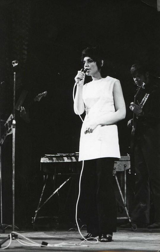 S tmavou helmou na hlavě, z níž čouhaly uši, obrážela Petra hudební soutěže. Psal se rok 1971.