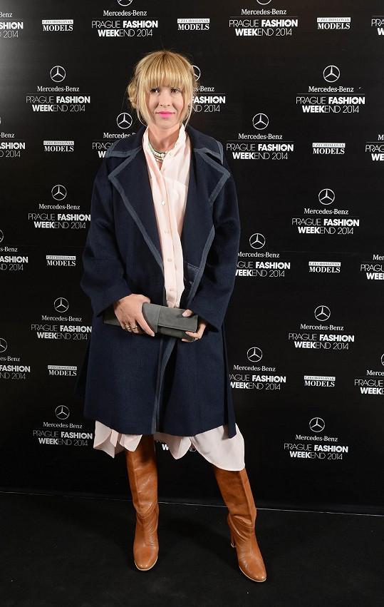 Katka na akci oblečená v kouscích od návrhářky Denisy Nové.