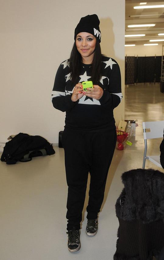 Tina převlečená v pohodlném civilním oblečení v zákulisí