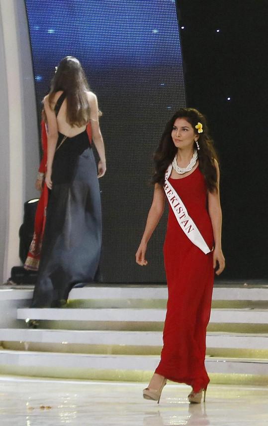 Rakhima Ganieva z Taškentu se prezentuje jako Miss Uzbekistán.