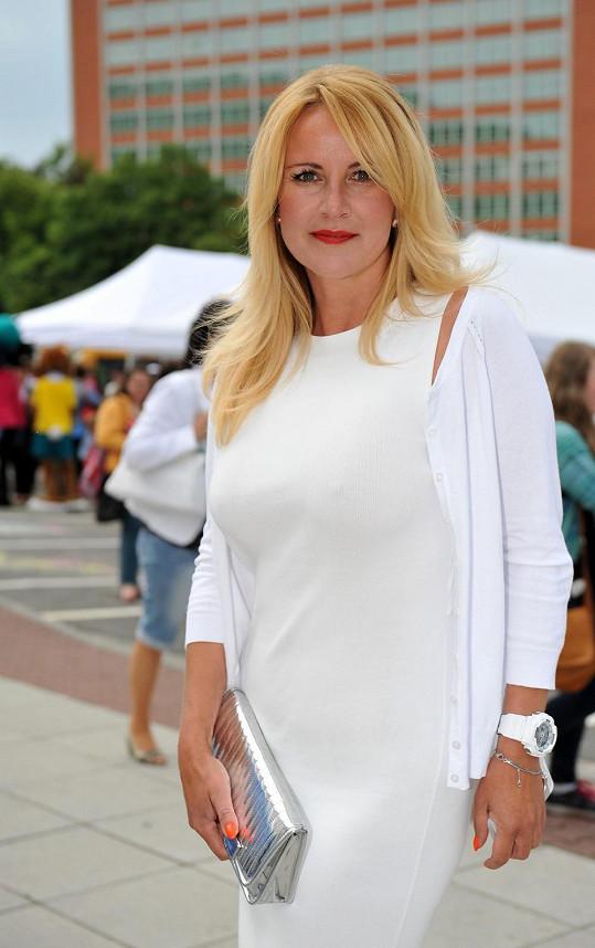 Vendula Svobodová zvolila krásné bílé šaty.