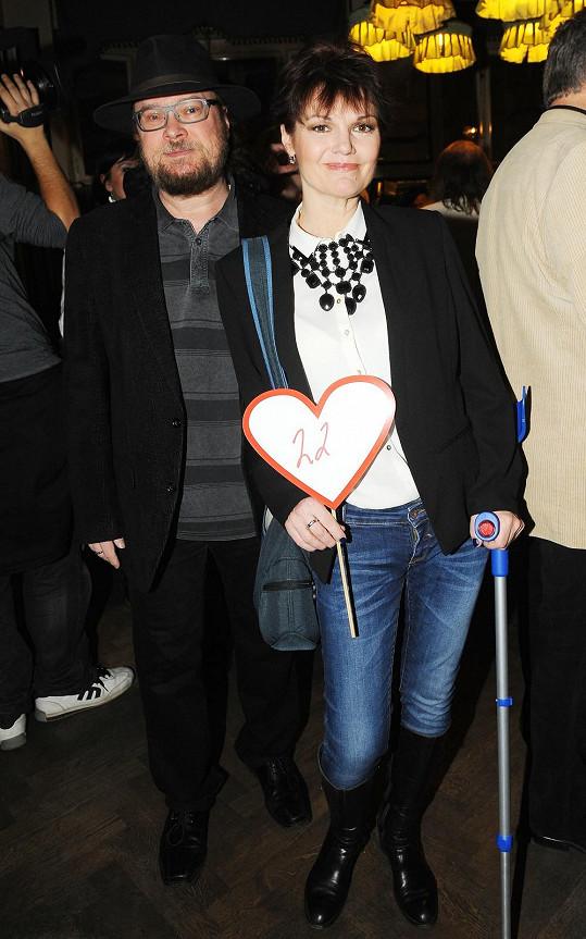 Simona Postlerová dorazila s manželem Zdeňkem i přesto, že má problémy s nohou a chodí o francouzské holi.