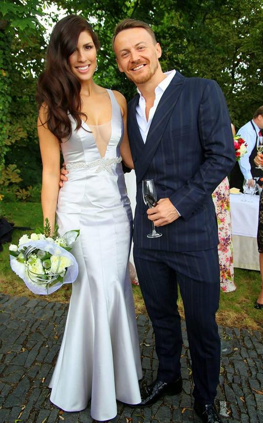 Victoria s kamarádem Lukášem Lindnerem, z jehož dílny pocházely svatební šaty.
