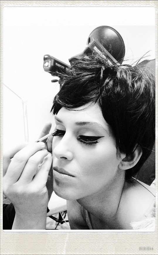 Make-up ve stylu šedesátých let.