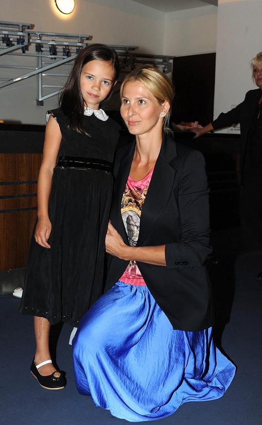 Charlotte Ellu doprovodila do divadla maminka Ivana.