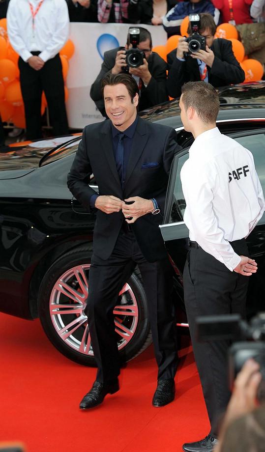John Travolta vstupuje na červený koberec.