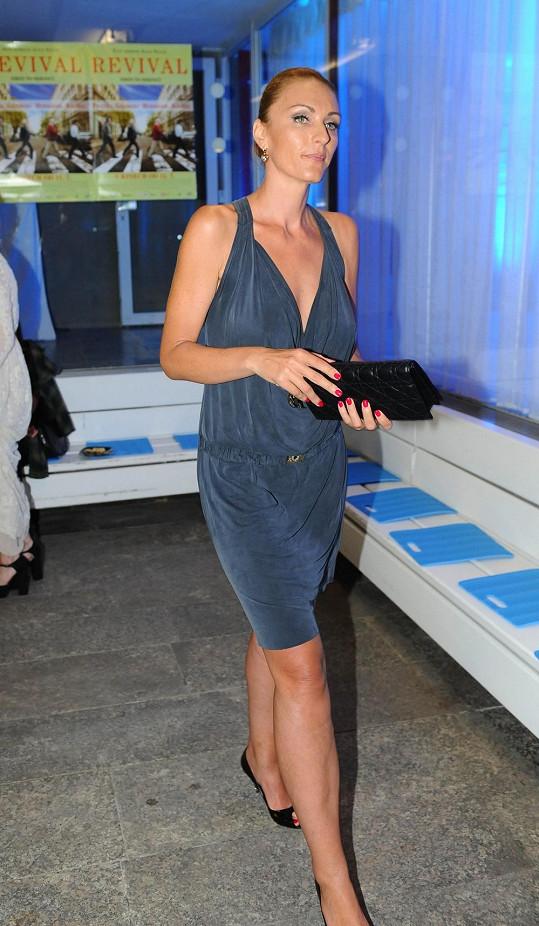 Markéta Jiránková v modrém overalu na párty.