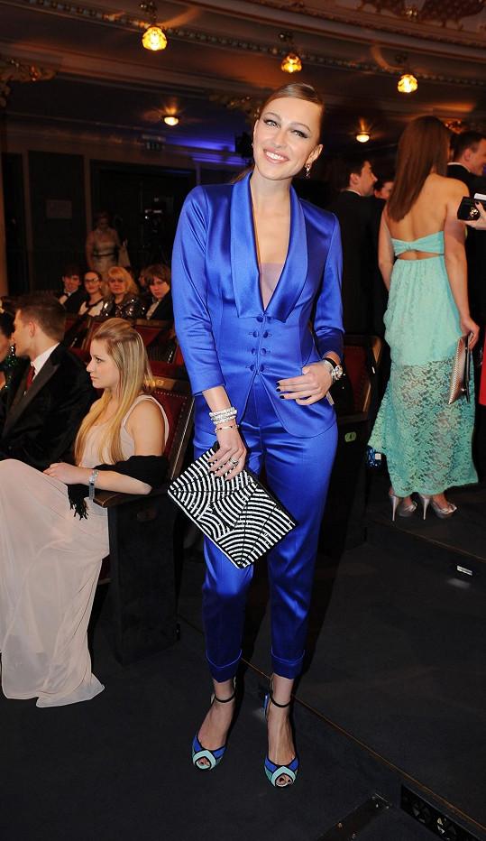 Posledních šest let na finálový večer oblékala šaty, a proto se Renata Langmannová letos rozhodla pro změnu a Lukáš Lindner pro ni vytvořil pánský smoking v antracitové barvě. Aby z výstřihu nevykouklo nic, co nemělo, pojistil ho návrhář lehkou tylovou vsadkou.