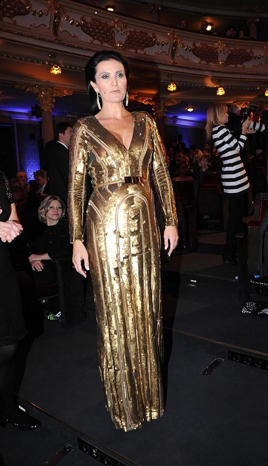 Haute Couture róba od Elieho Saaba, kterou oblékla Michaela Maláčová, byla jednou z nejkrásnějších na České Miss. Hra linií na materiálu posetém flitry chytře zdůrazňuje těhotenské bříško ředitelky Michaely Maláčové. Kouzlo nechtěného.