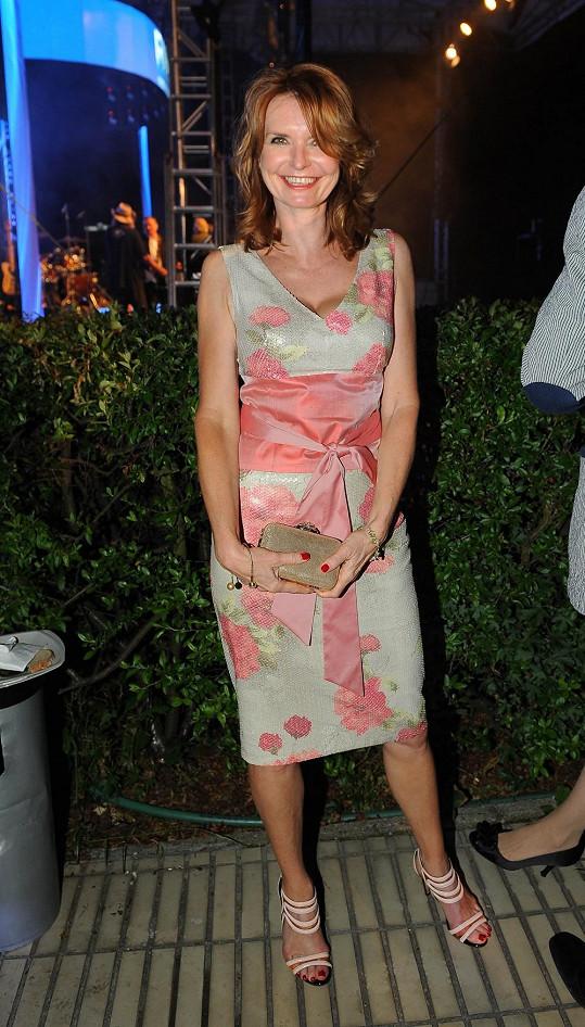 Hana Heřmánková v něžně květovaných šatech a s nádherným psaníčkem