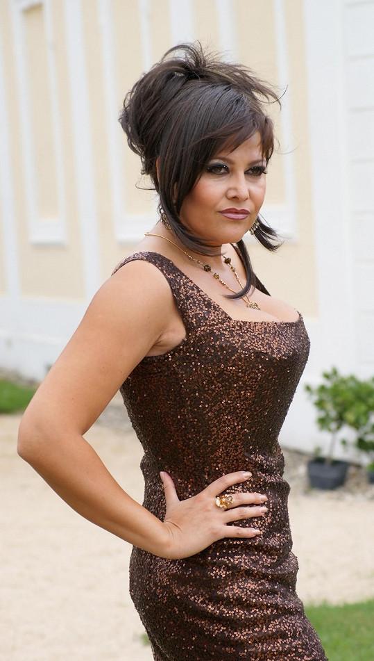 Postavy filmu Muži v říji (2008) i diváci měli o totožnosti a pohlaví této dámy pochybovat.