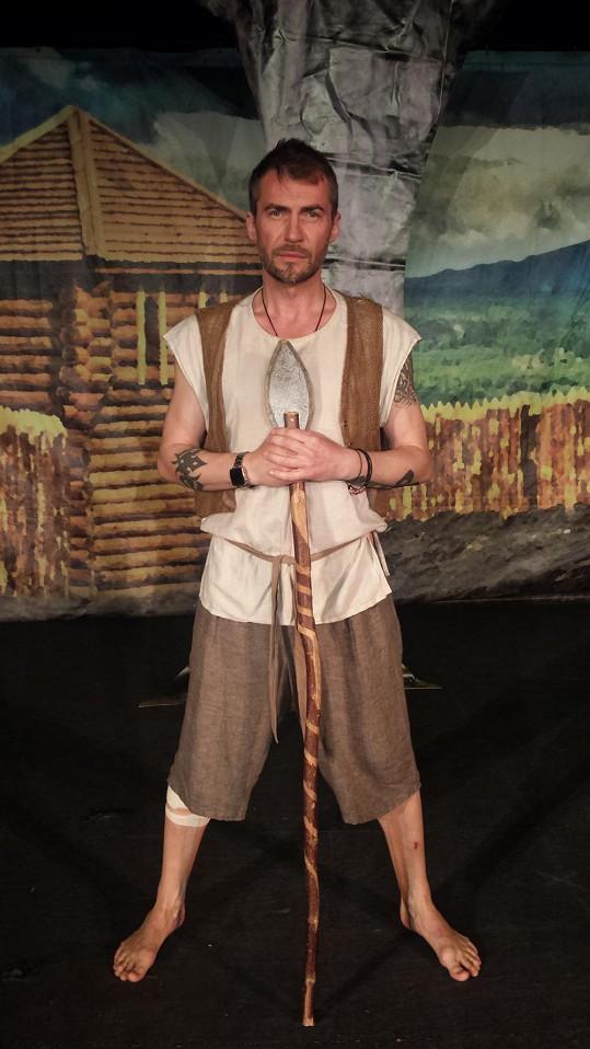 Bořek Slezáček si zahraje panice v představení Dívčí válka.