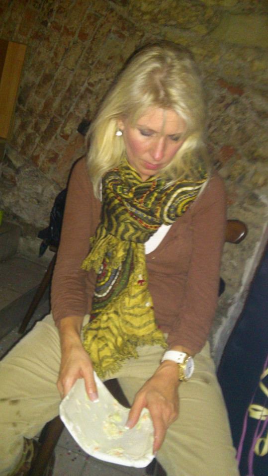 Věra Patt se opila a usnula na večírku s podivnými fleky na oblečení.