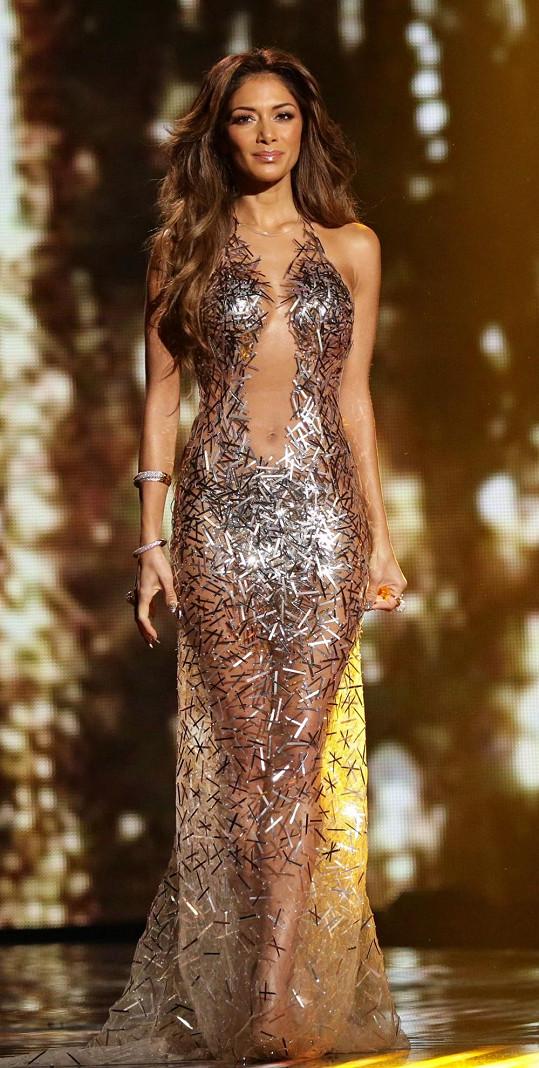 Nicole Scherzinger a její róba na vyhlašování vítěze pěvecké soutěže X Factor