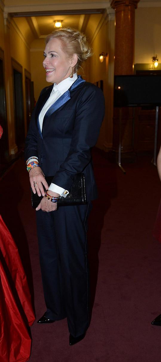Dagmar Havlová v temně modrém kalhotovém kostýmu s lesklými klopami.