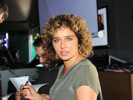 Valeria Golino použila nanejvýš řasenku.