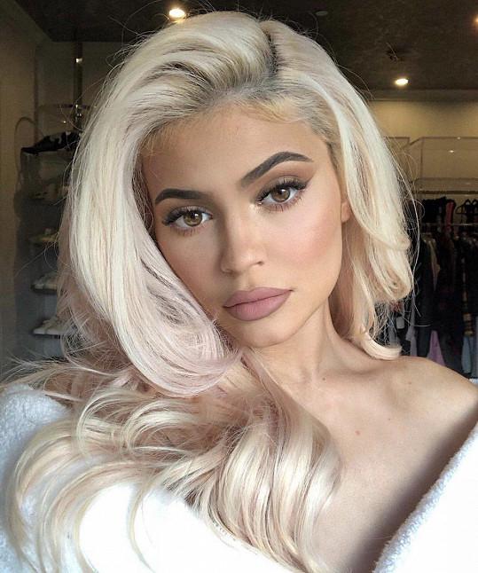 5.-6. Kylie Jenner - 900 miliónů dolarů