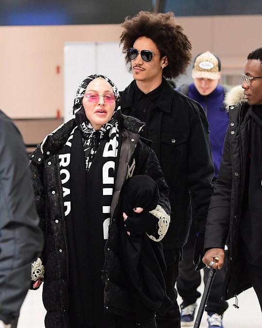 Madonna vyrazila na dovolenou s mladým milencem.