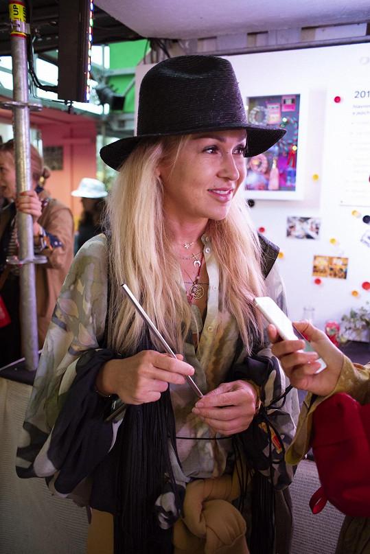 Ve festivalovém stylu si Kaira Hrachovcová přímo libuje. Na Colours oblékla šaty z kolekce Conscious Exclusive.