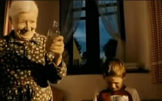 Olga Schmidtová jako zapomětlivá babička ve filmu Rafťáci