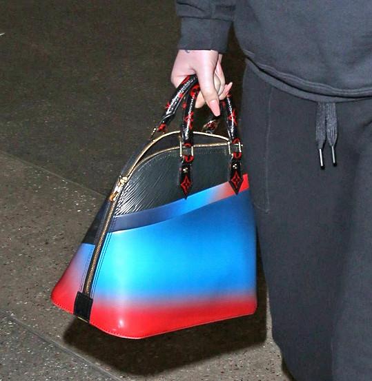 A ke sportovnímu modelu s kapucí popadnout kabelku značky Louis Vuitton...