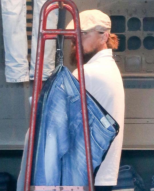 Leonardo DiCaprio se ukrýval i za stojan s džíny.