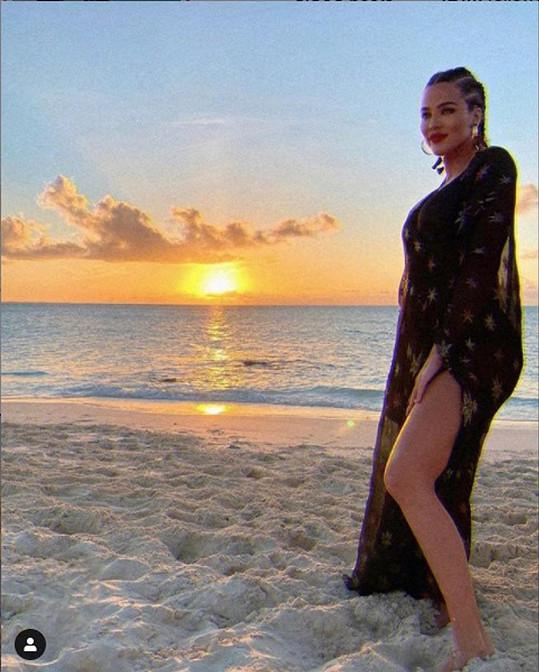 Tato fotka Khloé Kardashian rozvířila spekulace o těhotenství.