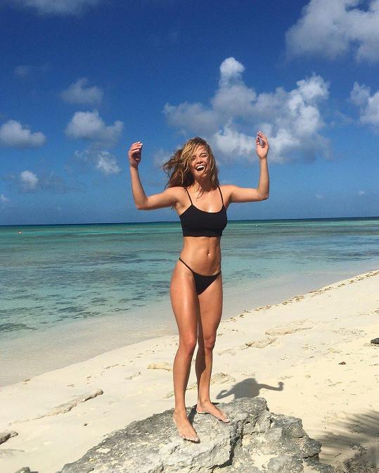 Na tropické pláži si užívá sluníčka.