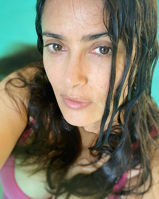 Salma Hayek u fanoušků slaví úspěchy přirozenými snímky.