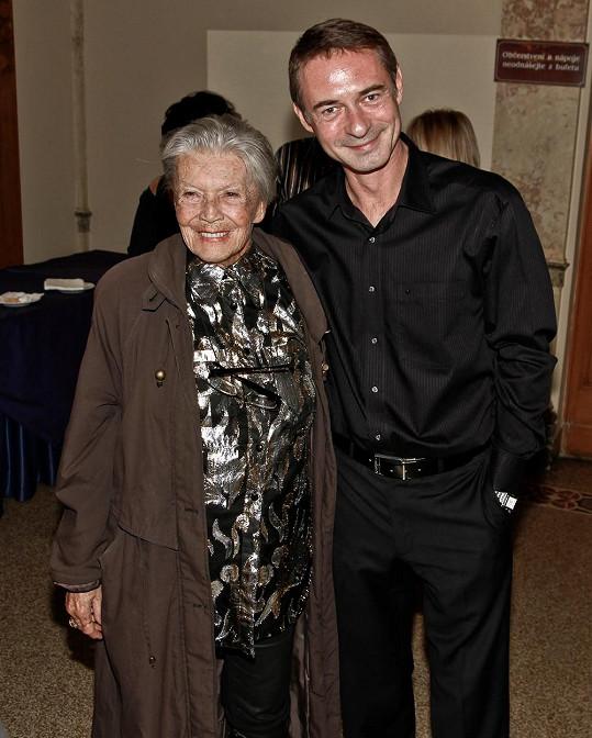 Baarovou si zahraje Zdenka Procházková. Na snímku z roku 2011 pózuje se svým kolegou Jiřím Dvořákem po premiéře hry Apartmá v hotelu Plaza ve vinohradském divadle.