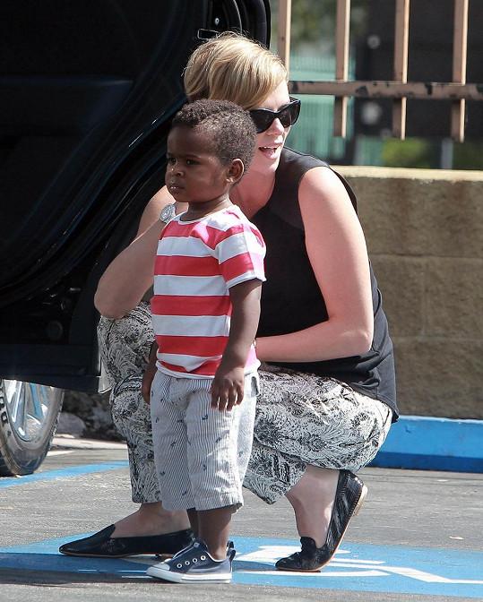 Charlize Theron se synem Jacksonem v létě roku 2013