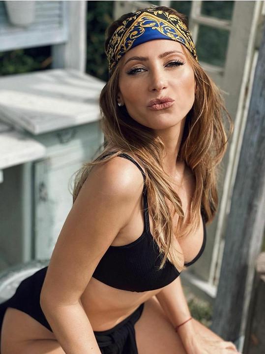 Sexy fotkám se zpěvačka rozhodně nebrání.