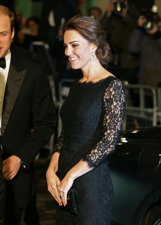 Kate se rýsovalo těhotenské bříško.