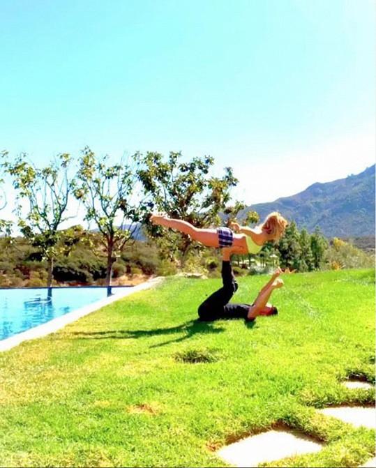 Britney Spears jde jóga s partnerem skvěle...