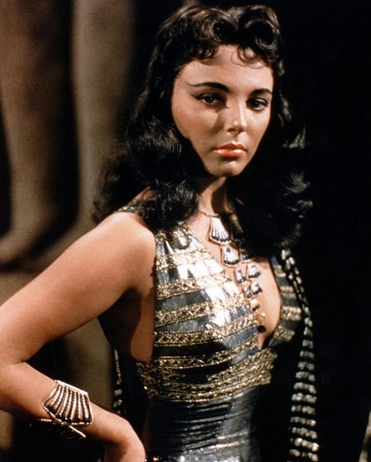 Joan ve filmu Země faraonů, herečce zamlada se šestnáctiletá Ava velmi podobá.