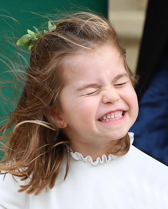 Je i roztomilou družičkou, na svatbě princezny Eugenie ale bylo trochu větrno.
