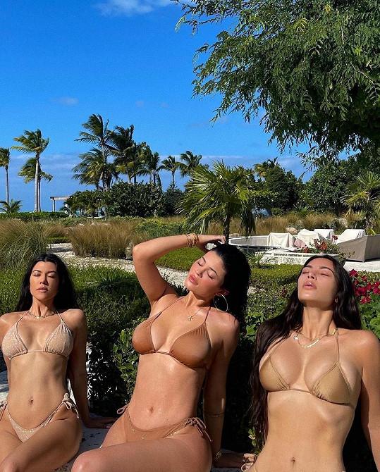 Tělový odstín bikin mají Kardashianky rády. Zleva: Kourtney, Kylie, Kim