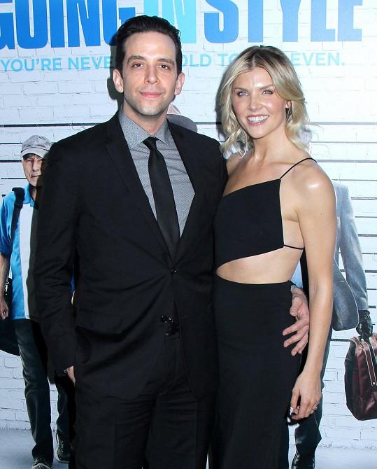 Broadwayský herec s manželkou Amandou Kloots
