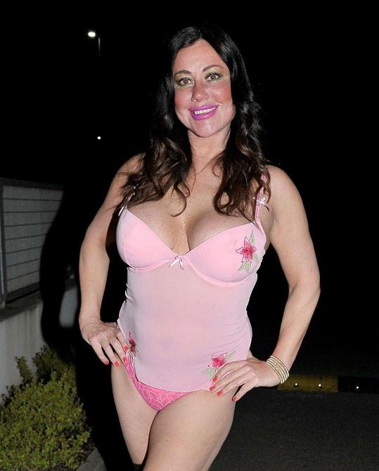 Lisa Appleton zvolila růžové spodní prádlo.