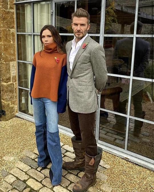 S manželem Davidem na fotce v Den válečných veteránů, jehož symbolem je vlčí mák, který mají oba připnutý na oblečení.