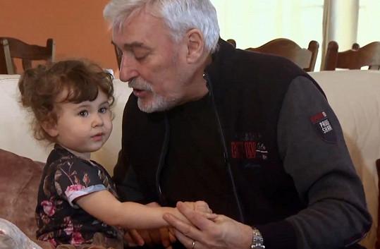 Jan Rosák rozmazluje svá vnoučata. Tady si hraje s vnučkou Lili.