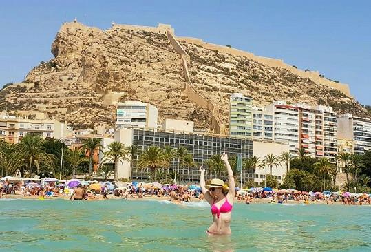 Lenka v moři v Alicante pod zříceninou hradu svaté Barbory.