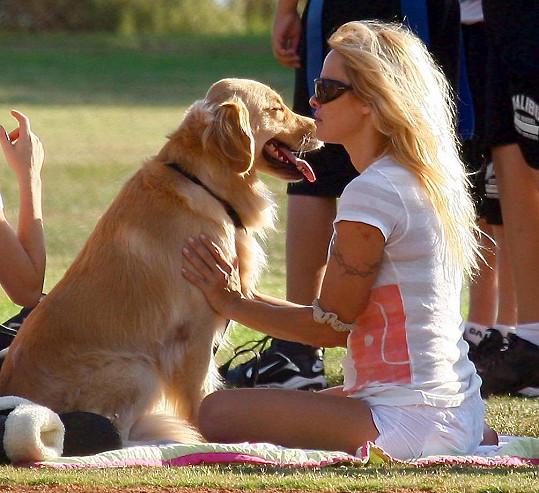 Pamela Anderson tvrdí, že její pes už měl všeho dost...