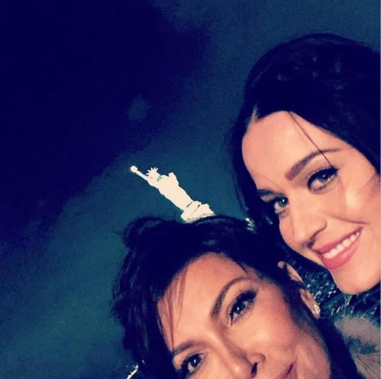 Zpěvačka v pondělí s Kris Jenner trávila večer ještě jako dlouhovláska.