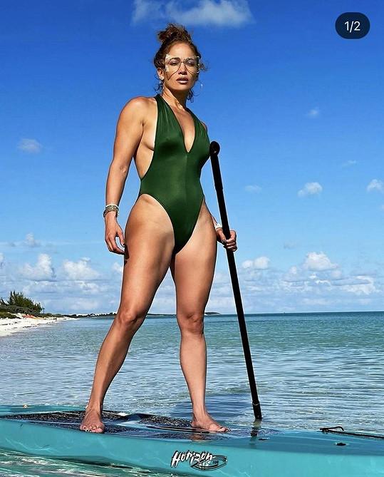 Jennifer se nechala zvěčnit na paddle boardu.