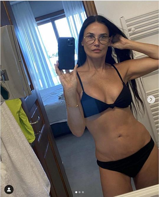 Demi Moore se podělila o bikinové selfie z dovolené.