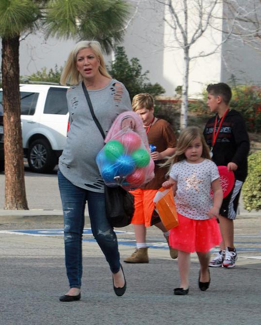 Tori Spelling očekává po dvou chlapcích a dvou holčičkách dalšího kluka.