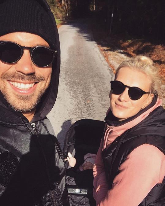 Zuzana Stráská vyrazila na podzimní procházku s partnerem Matyášem a dcerou Emou.