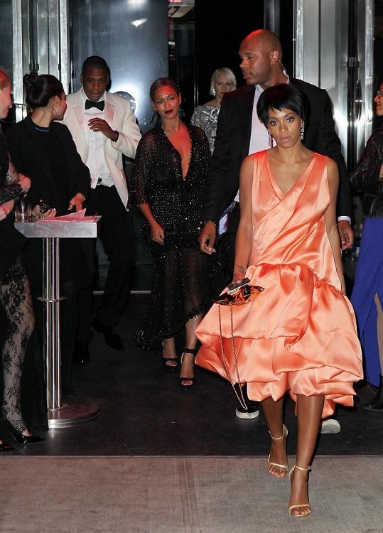 Solange Knowles krátce po proslulém skandálu ve výtahu s Jay-Z a Beyoncé v pozadí.